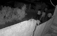 நள்ளிரவில் வீட்டின் மீது கல் எரியும் குழுவினர் சிசிடிவில் சிக்கிய நபர்!