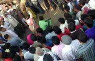 கிராம மக்கள் முன்பாக, மனைவியை மரத்தில் கட்டி வைத்து அடித்த கணவர்..
