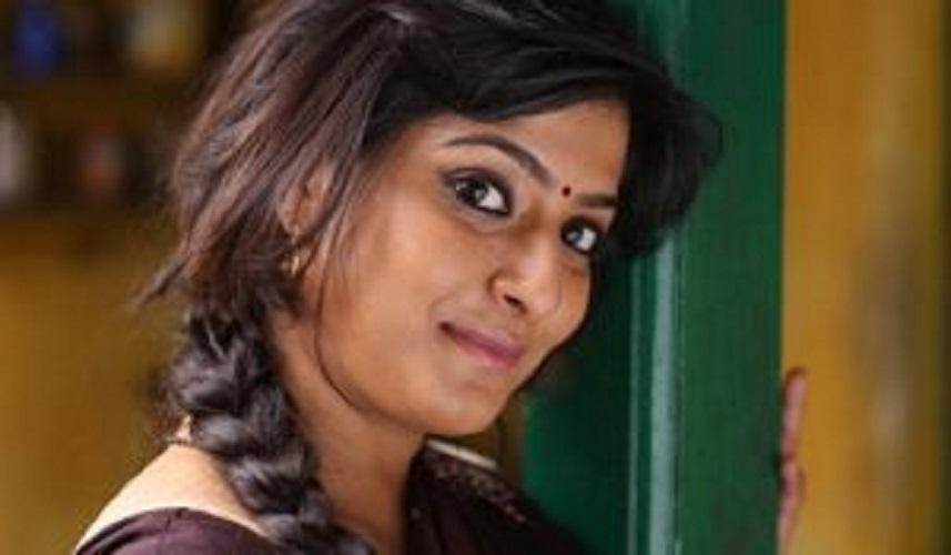 தமிழ் சினிமாவின் பிரபல நடிகை வரலக்ஷ்மிக்கு வில்லி கெட்டப் கொடுத்த அதிஷ்டம்