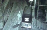 வீட்டின் முன் நிறுத்தி வைக்கபட்டிருந்த முச்சக்கர வண்டியை களவாடிய கள்ளன்- CCTV பதிவுகள்