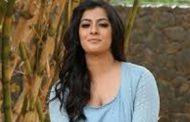 உண்மையான கத்தியை வைத்து சண்டை போடும் நடிகை வரலட்சுமி...!!!
