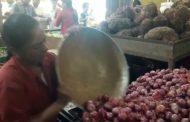கடலூர் உழவர் சந்தையில் உள்ள ஒரு காய்கறி கடையில் 1 கிலோ வெங்காயம் 20 ரூபாய்..!!