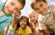 புதிய நண்பா்களைக் கண்டுபிடிக்க குழந்தைகளுக்கு பெற்றோர்கள் எவ்வாறு உதவி செய்யலாம்?