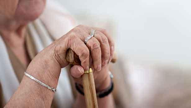 தன்னை முதியோர் இல்லத்தில் சேர்க்குமாறு போலீஸ் நிலையத்தை நாடிய மூதாட்டி